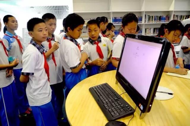 学生参观海洋城市馆
